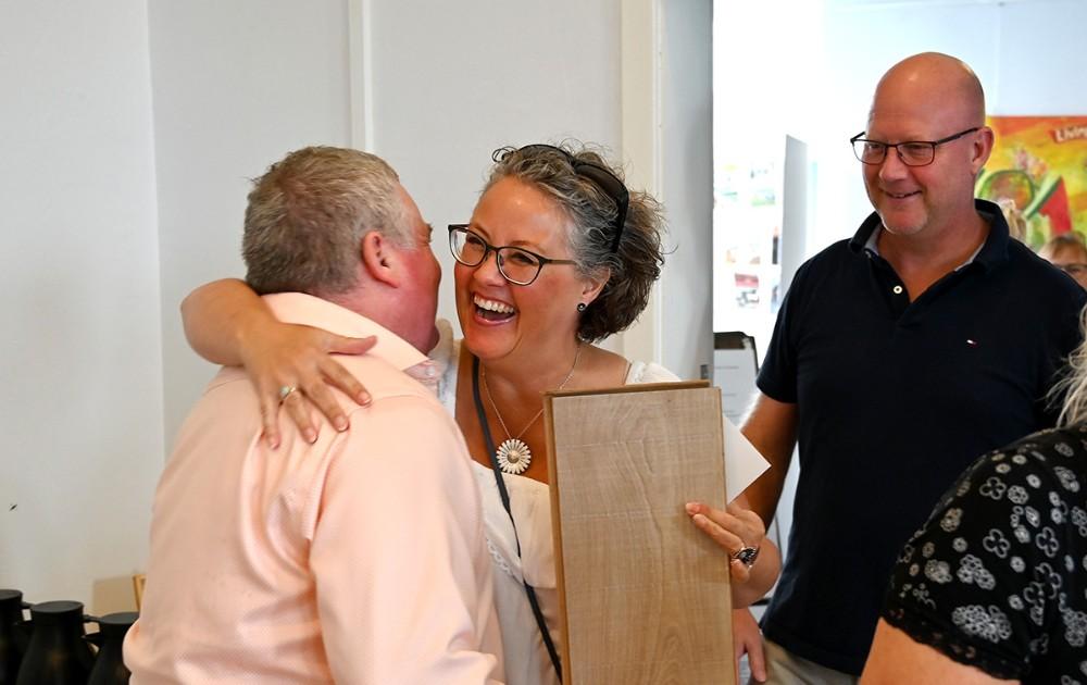 Elsebeth Ring Andersen fra Hvidebæk Lokalråd ønskede tillykke. Foto: Jens Nielsen
