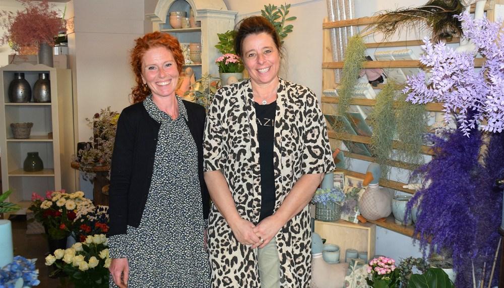 Lena Rasmussen (tv) er netop blevet ansat hos Charlotte Rasmussen i Den Lille Blomsterbutik. Foto: Gitte Korsgaard.