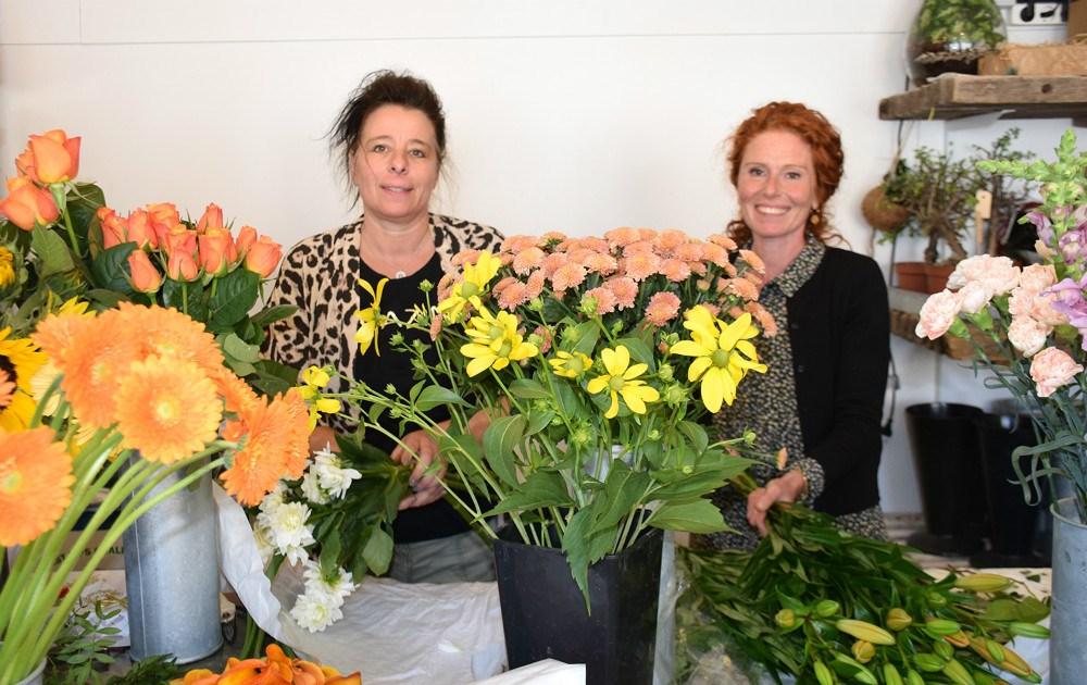 Lena Rasmussen (th) er netop blevet ansat hos Charlotte Rasmussen i Den Lille Blomsterbutik. Foto: Gitte Korsgaard.