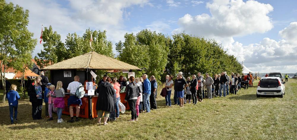 Gæsterne stod i kø for at købe billet. Foto: Jens Nielsen