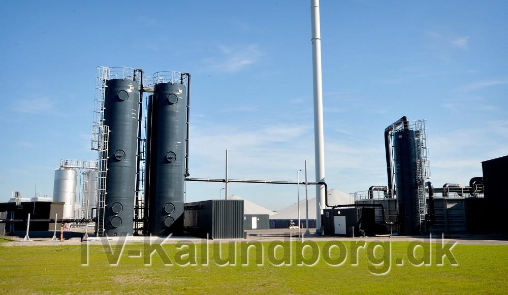 Det er biofiltrene (de høje sorte beholdere til venstre i billedet) som ikke fungerer og sender en stank af rådne æg ud over Kalundborg. Foto: Jens Nielsen