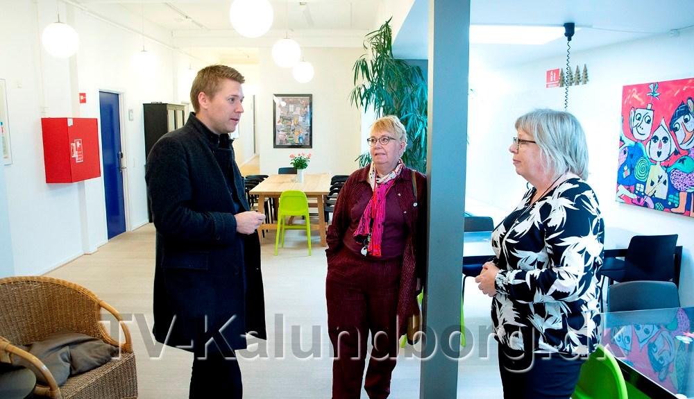 Rasmus Horn Langhoff sammen med Laila Berg Sørensen, bestyrelsesformand for krisecentret, og leder af krisecentret Annette Hyldgaard. Foto: Jens Nielsen