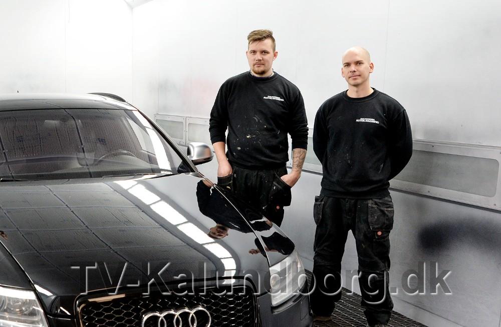 Indehaverne af Kalundborg Autolakering, Emil Olsen ogMorten Sonne Faigh, i den modernesprøjtekabine. Foto: Jens Nielsen