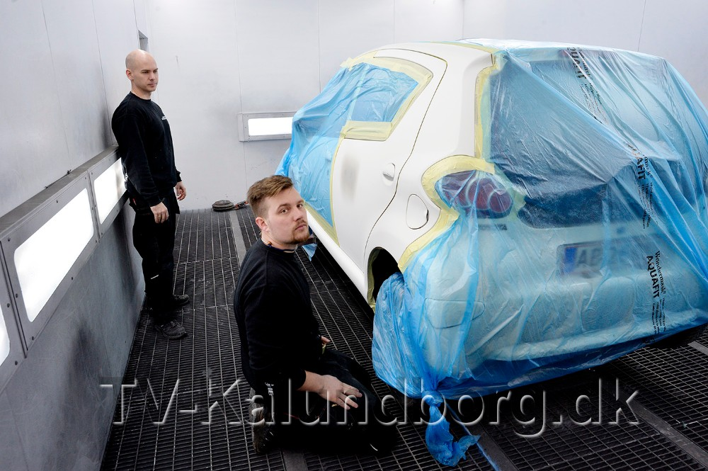 Indehaverne af Kalundborg Autolakering, stående Morten Sonne Faigh og Emil Olsen, i den moderne sprøjtekabine. Foto: Jens Nielsen