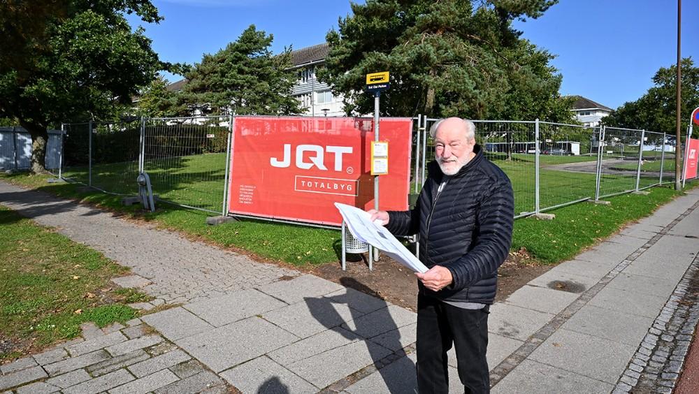 Formand for KAB, Richard Poulsen, foran området hvor det nye aktivitetshus skal opføres. Foto: Jens Nielsen
