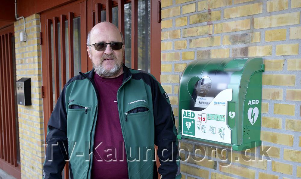 Bestyrelsesformand Walther Bak ved den udendørs hjertestarter. Foto Jens Nielsen