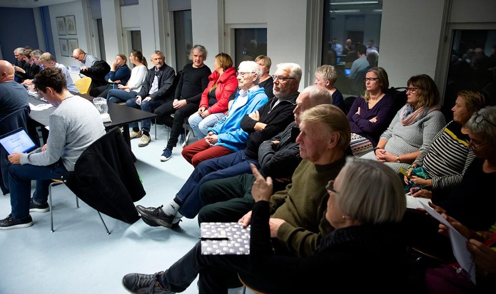 Mange tilhørere var mødt op til kommunalbestyrelsesmødet onsdag. De fleste fra foreningen ´Nej til motorvej på Røsnæs halvøen´. Foto: Jens Nielsen