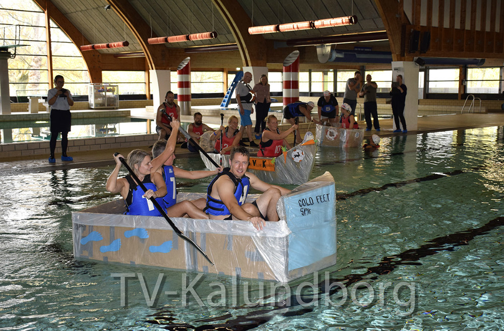 12 lærere fra Skolen På Herredsåsen har i denne uge selv bygget en båd af pap, plastik og gaffatape i forbindelse med undervisning i den nye læringsform LEAPS, der er i fuld gang med at blive implementeret på skolen. Foto: Gitte Korsgaard.