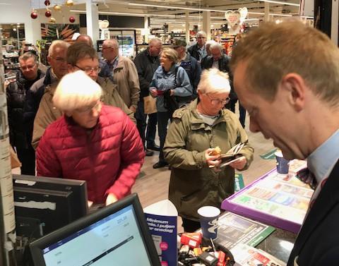 Kø fredag morgen hos Meny, for at købe billetter til ældrefesten. Privatfoto