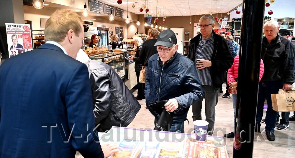 Peter Egebæk var klar med både billetter, kaffe og rundstykker da billetsalget åbnede fredag morgen. Foto: Jens Nielsen