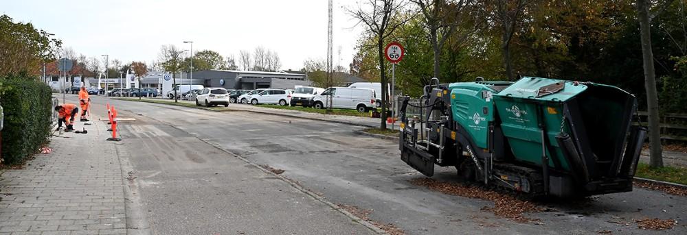 En asfaltmaskinestod fredag eftermiddag midt på Slagelsevej og spærrede for trafikken. Foto: Jens Nielsen