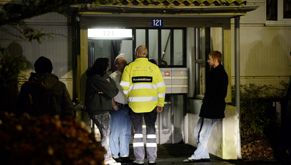 En ambulance blev tilkaldt for at tilse en beboer som havde fået en del røg. Foto: Jens Nielsen