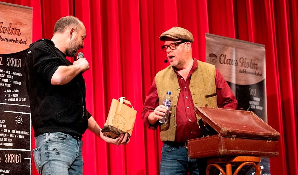 Brian Sønder Andersen overrakte Claus Holm en pose med lokale lækkerier fra Slagter Jacob. Foto: Jens Nielsen