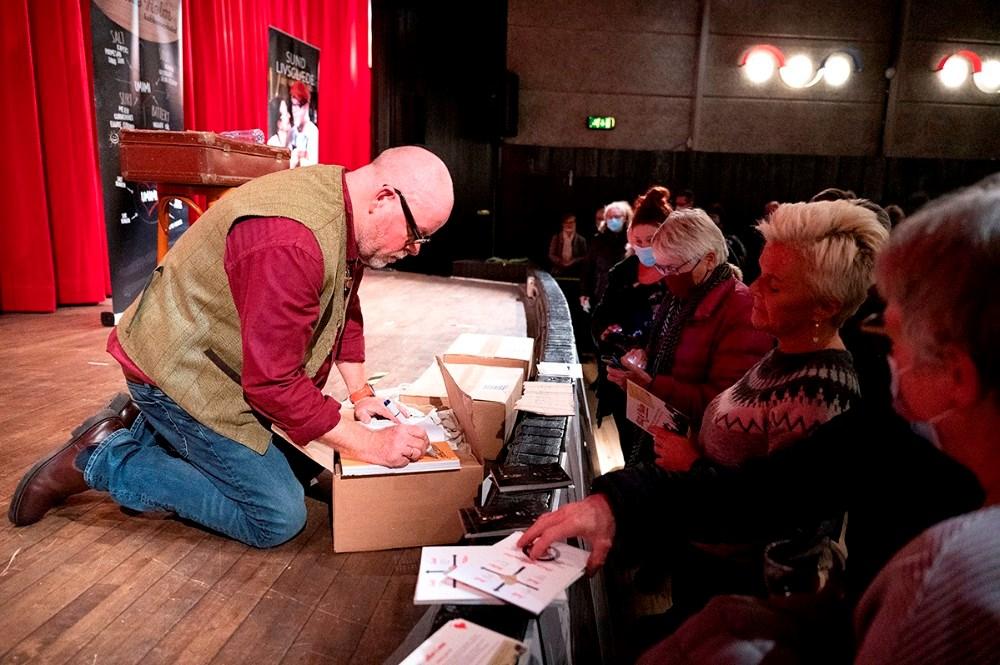 Mange sikrede sig en af Claus Holms populære kogebøger efter foredraget. Foto: Jens Nielsen