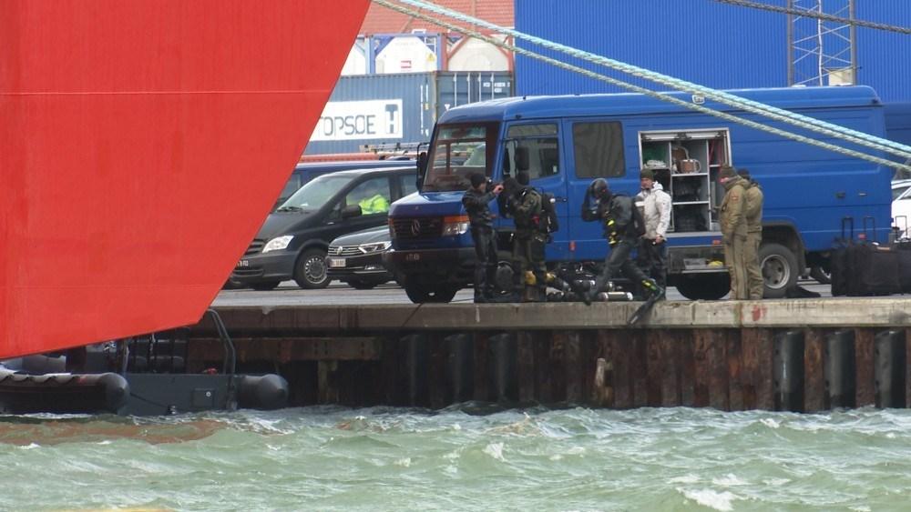 Der blev også sendt dykkere i vandet for at undersøge smuglerskibet. Foto: Jens Nielsen