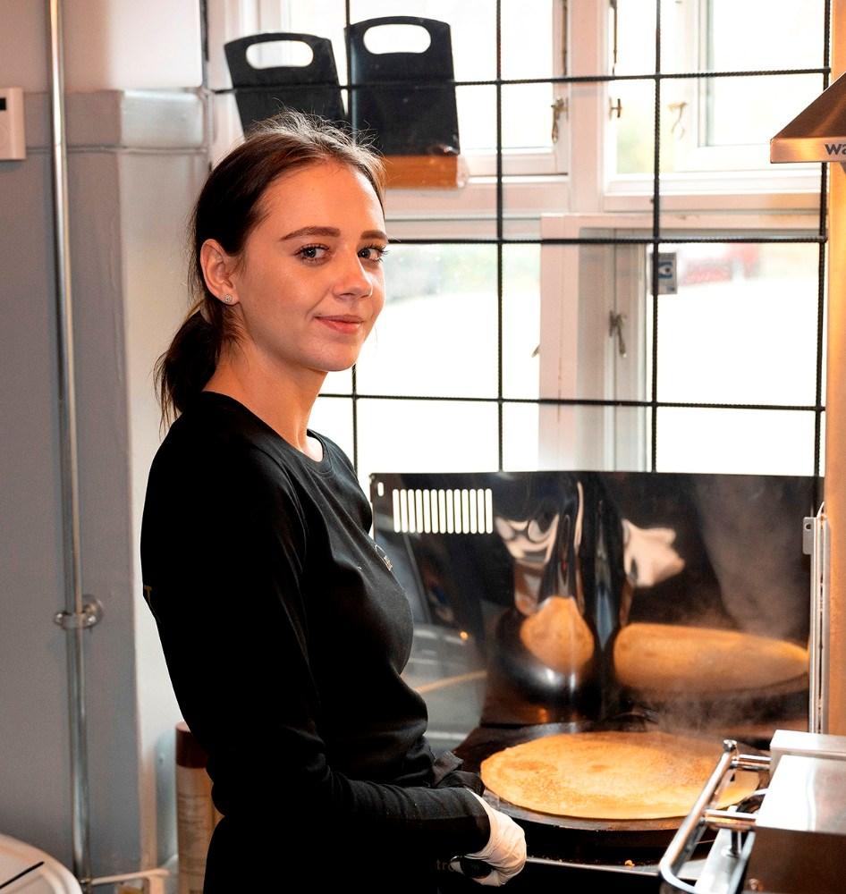 Tania Madsen i gang med at bage pandekager. Foto: Jens Nielsen