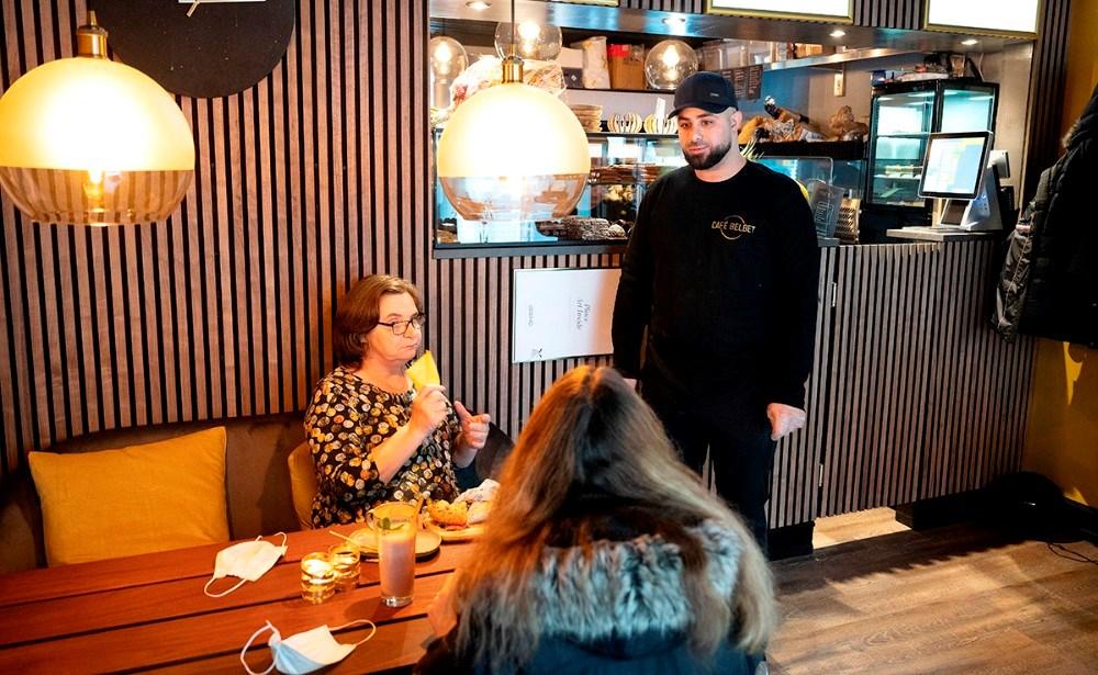 Mohamad Yassin i snak med et par af dagens gæster i den nye cafe. Foto: Jens Nielsen
