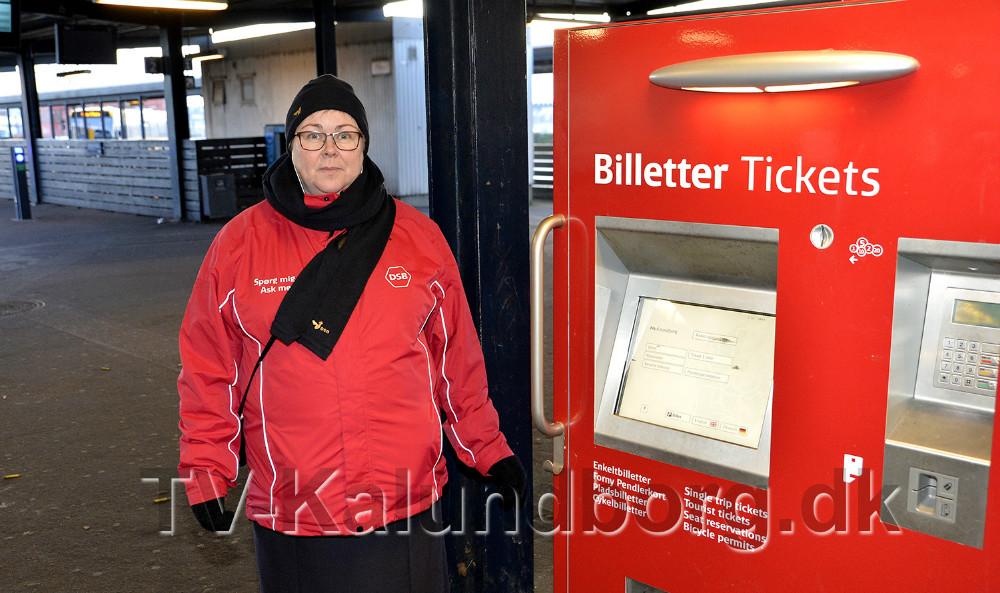 Lene Jensen, fra DSB salgsteam hjælper borgerne med at købe billet i billetautomaten. Foto: Jens Nielsen