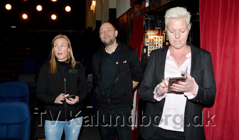 Line Kromann og Anne Sødal Aagren, her sammen med Brian Sønder Andersen, var onsdag forbi biografen for at prøve det nye spil. Foto: Jens Nielsen
