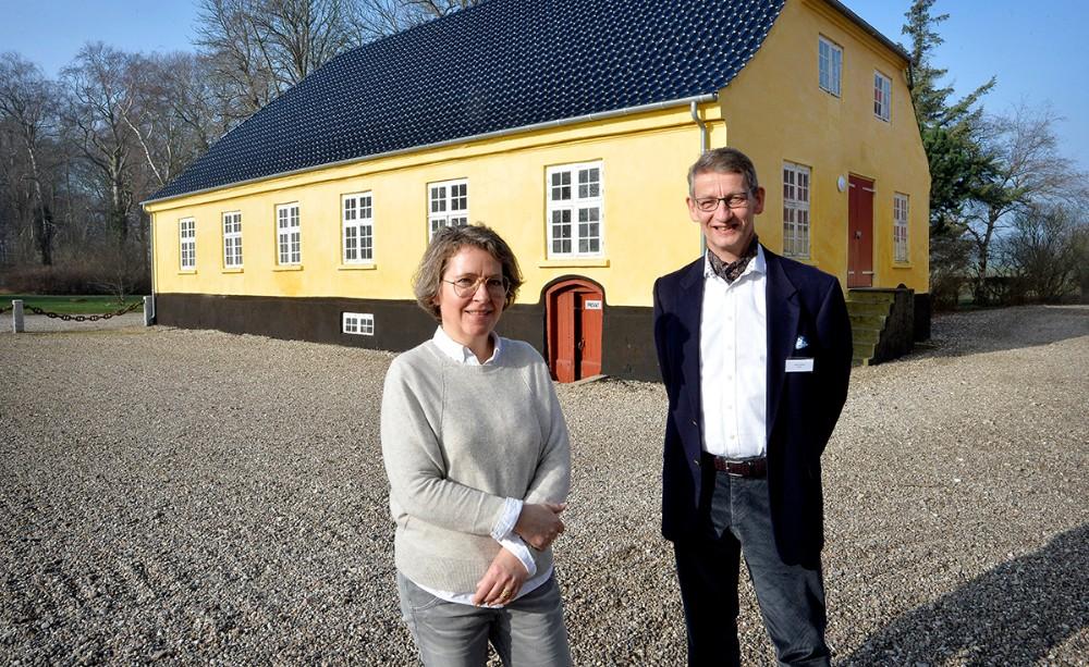 Anne Prahl og Jørgen Richelieu foran produktionslokalerne på Smakkerupgården. Foto: Jens Nielsen