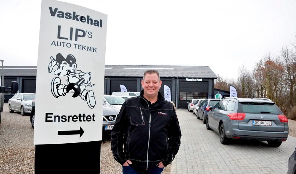 Lars Larsen, indehaver af Lips Autoteknik foran køen til den nye vaskehal. Foto: Jens Nielsen