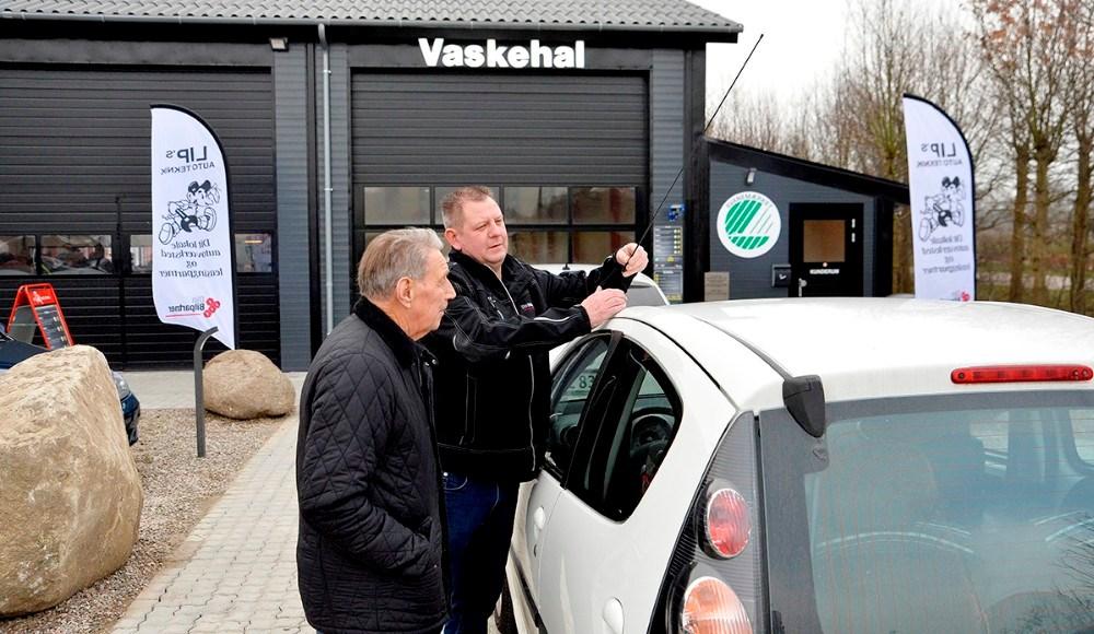 Lars Larsen hjælper en kunde med at afmontere antennen inden bilen skal ind i den nye vaskehal. Foto: Jens Nielsen