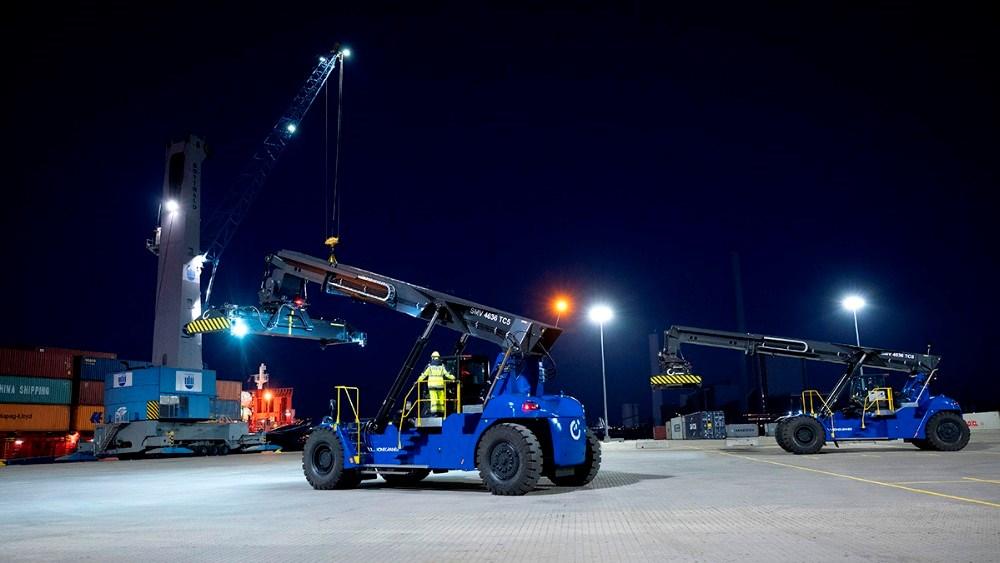 Tre såkaldte reach stackere, de to helt nye, arbejder på Ny Vesthavn med at flytte rundt med de mange containere. Foto: Jens Nielsen