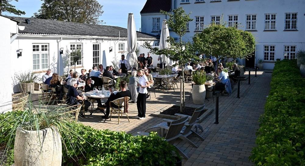 Den hyggelige gårdhave på Røsnæs Strandhotel. Arkivfoto: Jens Nielsen