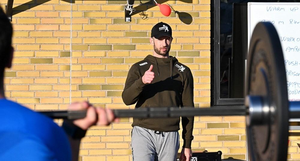 Michael da Silva guider deltagerne i dagens træning. Foto: Jens Nielsen