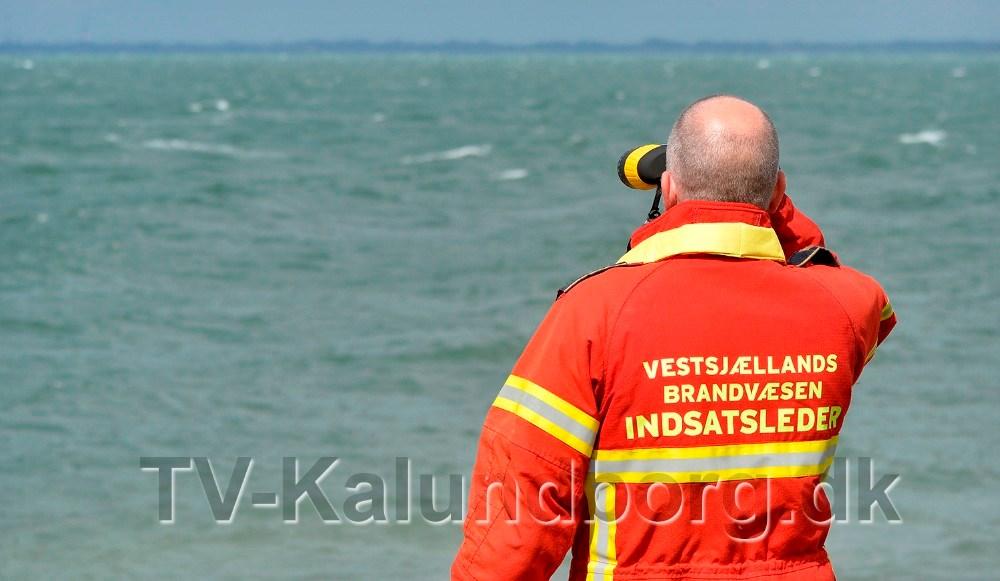 Indsatsleder Jan Clausen kikker ud over vandet. Foto: Jens Nielsen