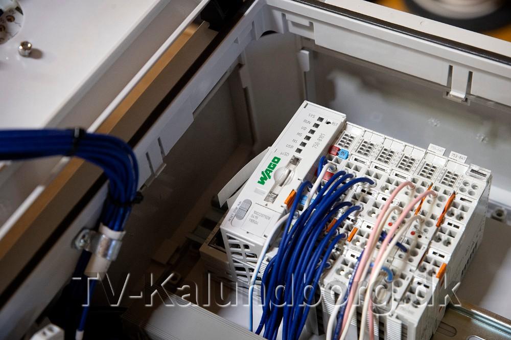 Det er den lille PLC styring (modulet med grøn skrift) som styrer alt lyset. Foto: Jens Nielsen