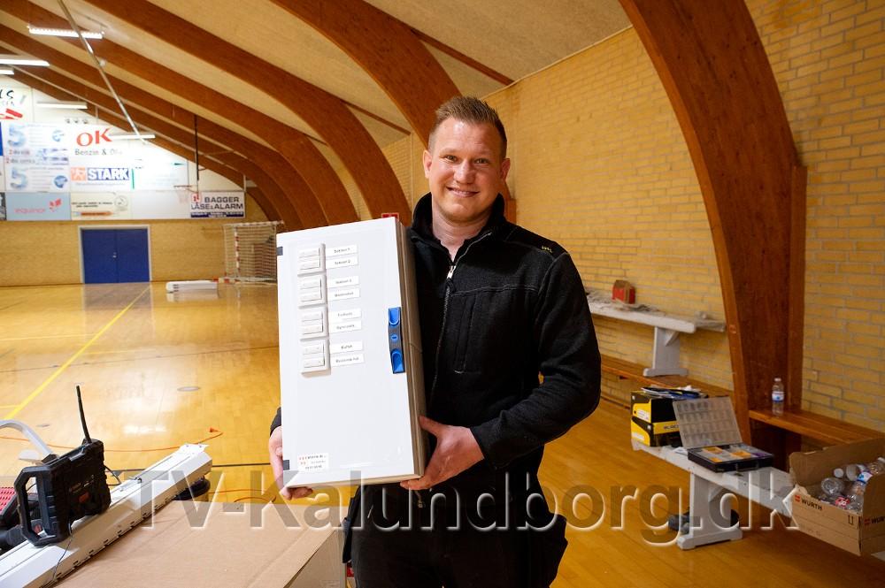Mads Overgaard fra Werths El, med den tavle som styrer alt lyset i Røsnæshallen. Foto: Jens Nielsen