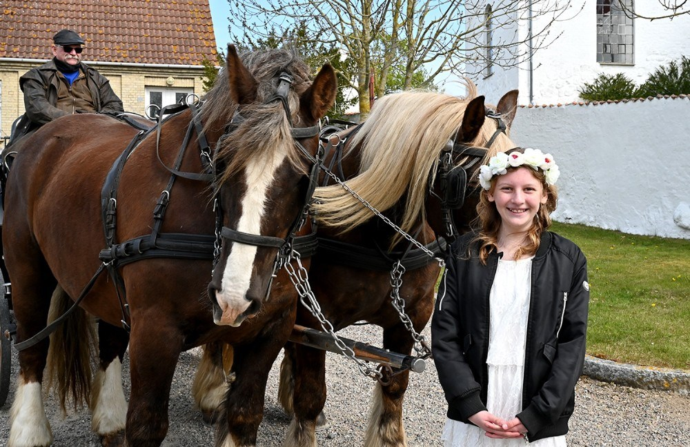 Pernille blev hentet i en flot hestevogn. Foto: Jens Nielsen