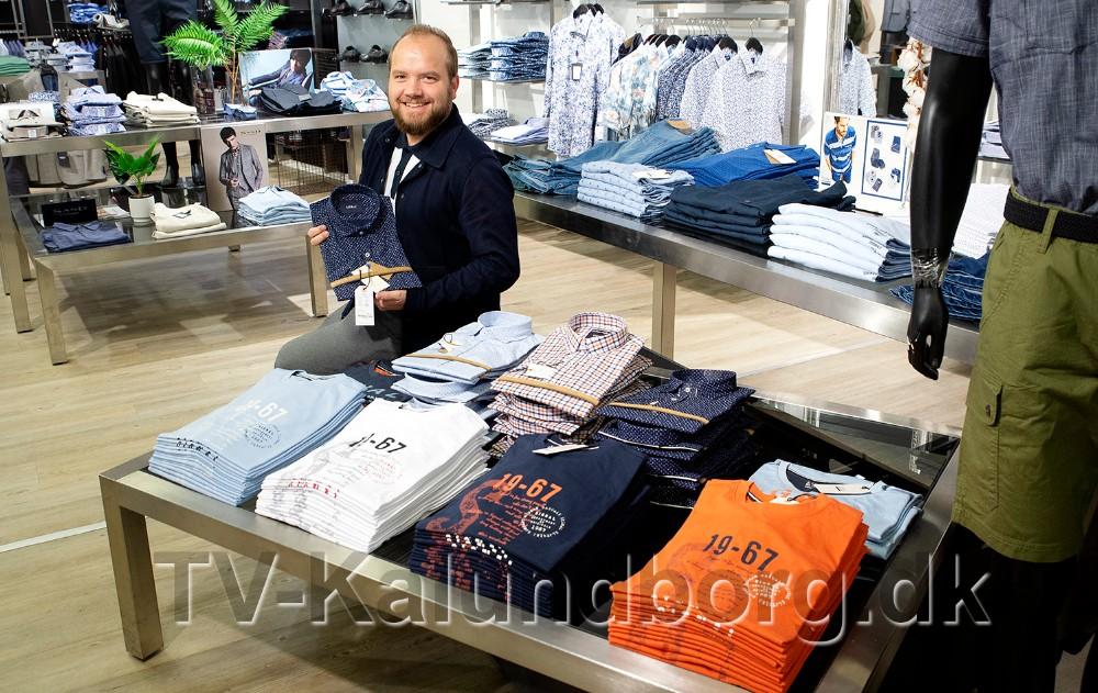 Thomas Nielsen, butikschef hos Bech Menswear, med udvalgte varer som er en del af Fars Dag tilbuddet. Foto: Jens Nielsen