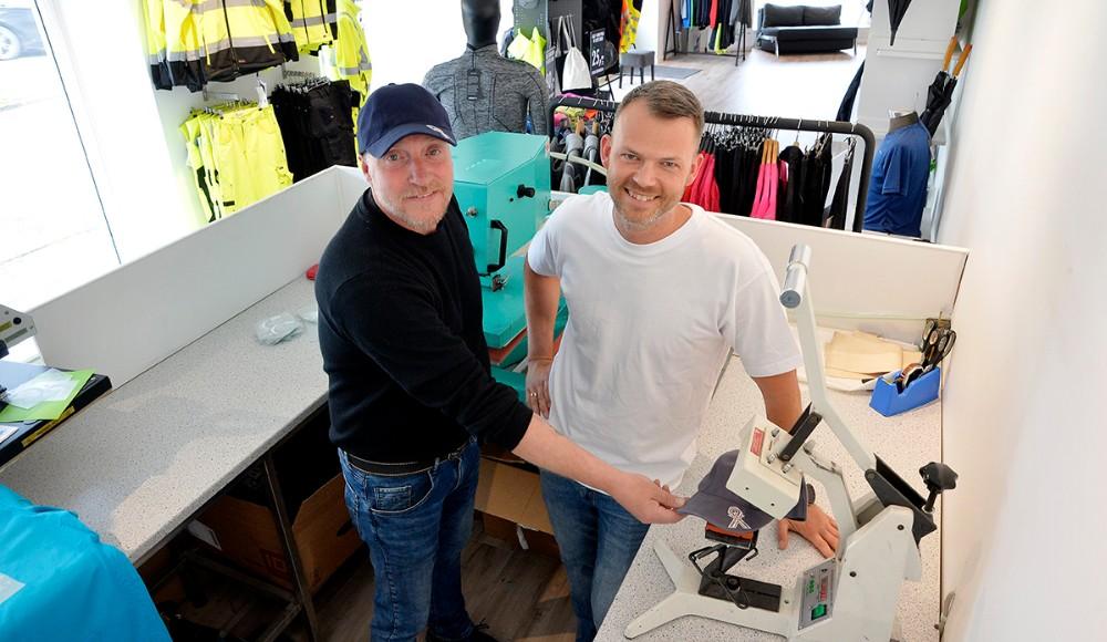 Michael Jensen og Marc Pedersen, klar til at trykke både caps og T-shirt. Foto: Jens Nielsen