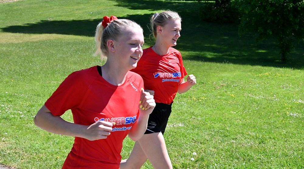 Amalie og Michelle fra 2.B. havde valgt at løbe. Foto: Jens Nielsen