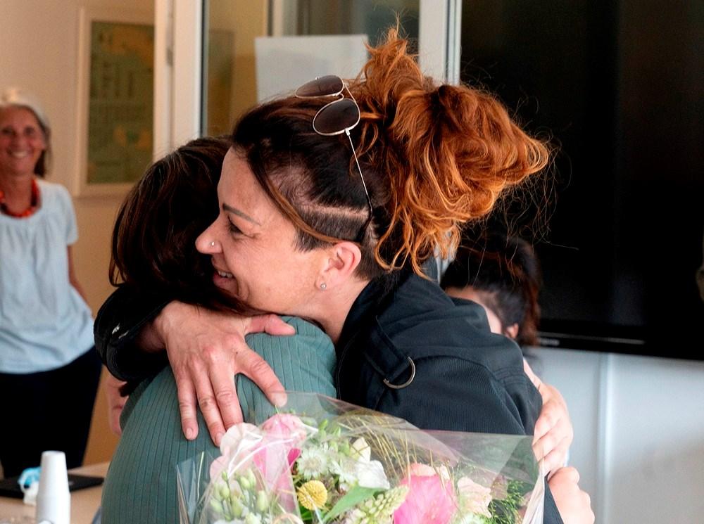 Der var kram til Jeanette Jensen fra Kristina Rasmussen, som har indstillet Jeanette til ´Årets praktikvejleder´. Foto: Jens Nielsen