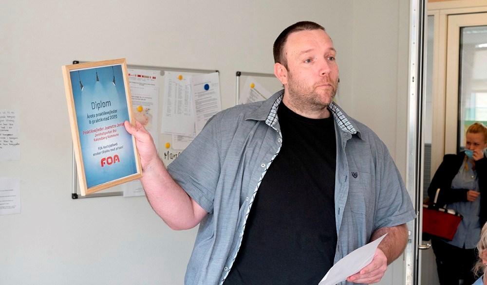 Jørn Thor Nielsen, næstformand i FOA for social og sundhedssektoren, overrakte diplomet til 'Årets praktikvejleder'. Foto: Jens Nielsen