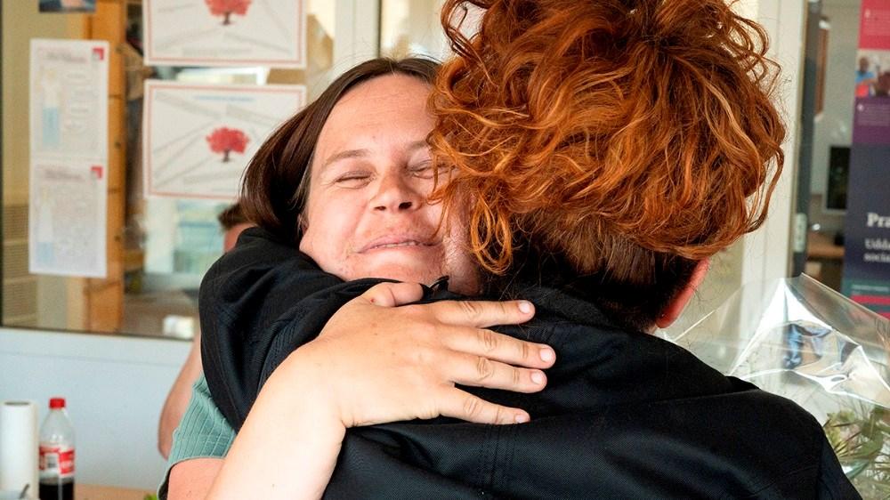 En stor krammer fra Kristina Rasmussen til Jeanette Jensen. Foto: Jens Nielsen