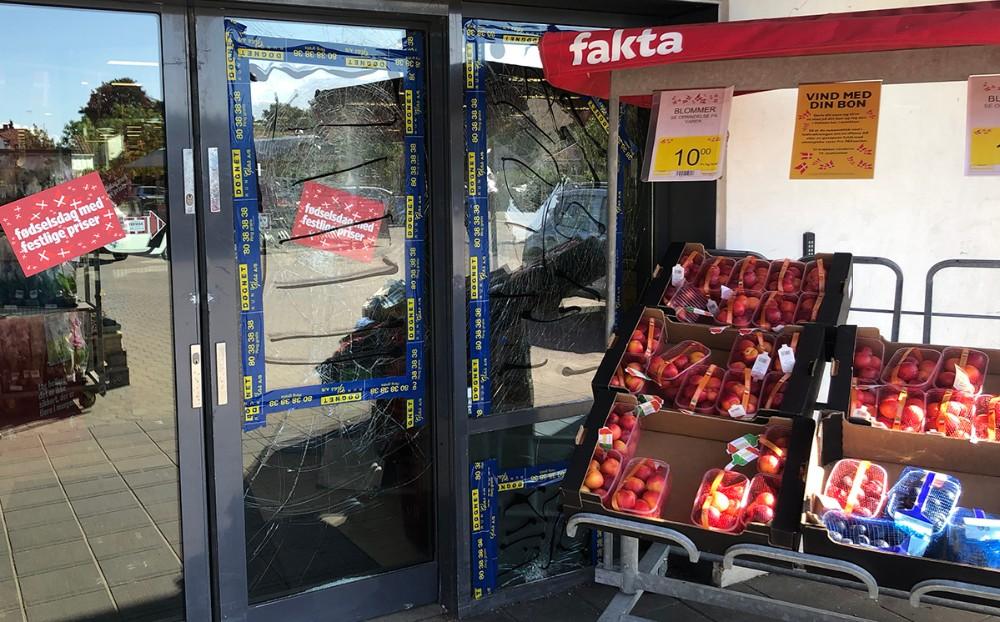 Indgangspartiet til Fakta i Ubby blev smadret lørdag aften. Foto: Jens Nielsen