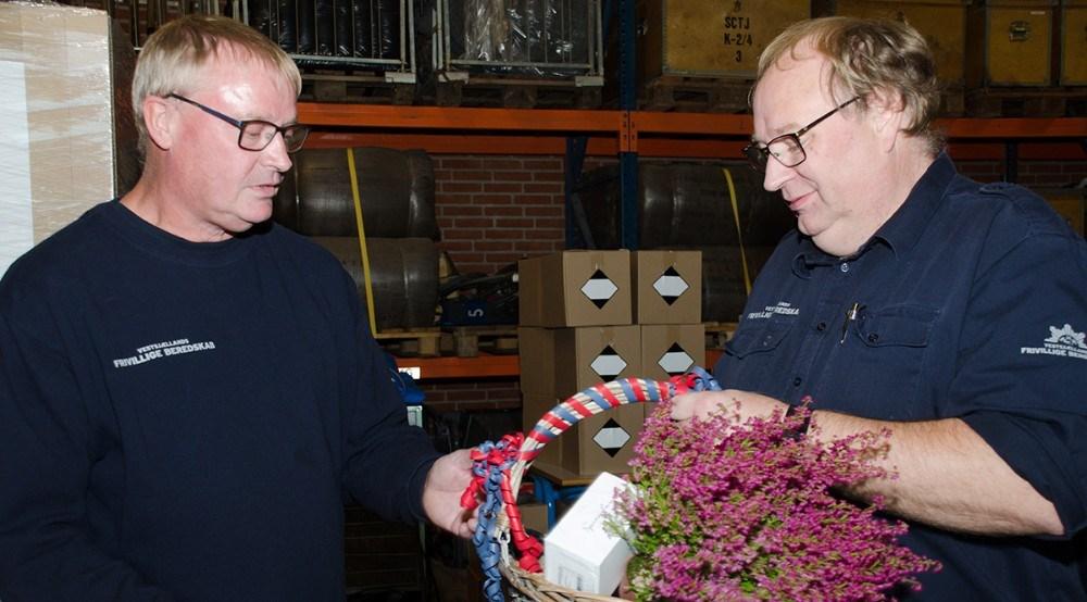 Kredsleder Niels Westphael, th,  overrækker gave fra Kalundborg kredsen. Foto: Morten Larsen