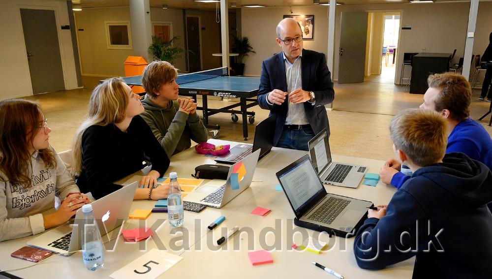 Anders Baagland, konsulent i Shop Sjælland, i snak med eleverne på Allikelund Gymnasium. Foto: Jens Nielsen