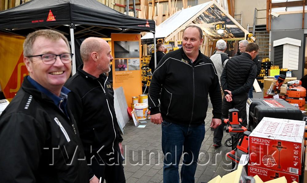 Jesper Sørensen,afdelingsleder hos XL Byg i Gørlev, i midten af billedet, havdesammen med det øvrige personale og leverandører, inviteret til håndværkermesse onsdag eftermiddag. Foto: Jens Nielsen
