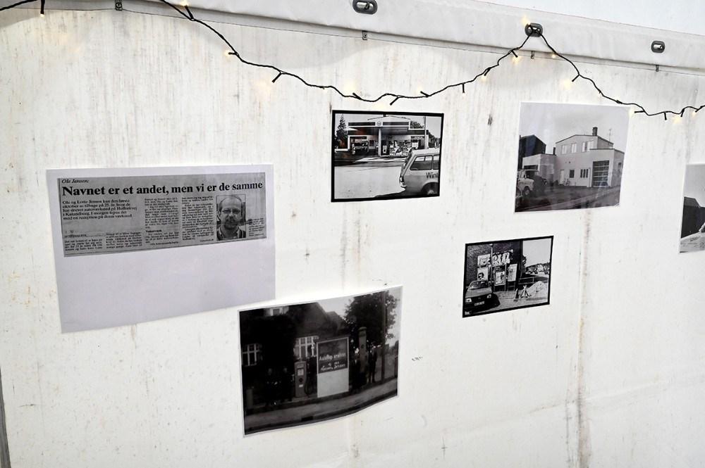 Gamle billeder var hængt op i teltet. Foto: Jens Nielsen