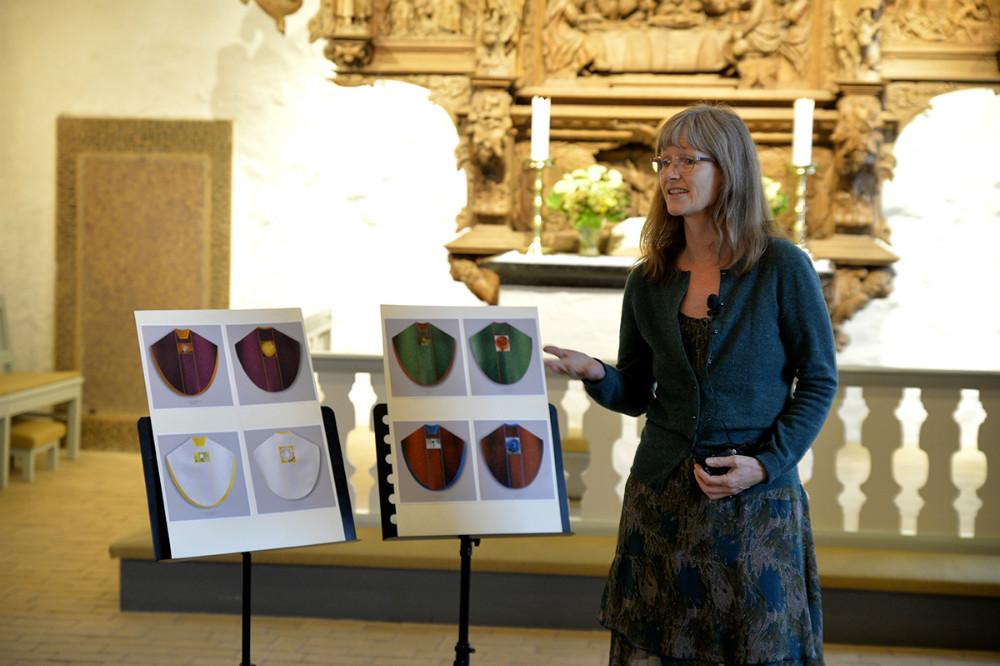 Sognepræst Helle Brink forklarede om det flotte projekt. Foto: Jens Nielsen