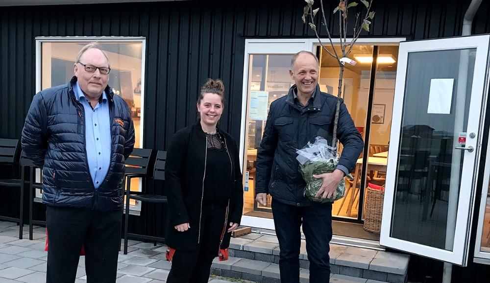 Dea Madsen har fået overraktVenstre's Initiativpris' 2018 af formand for Venstre i Gørlev, Dan Hansen og borgmester Martin Damm. Privatfoto
