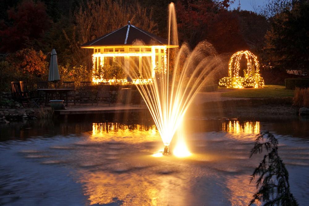 Birkegårdens Haver er pyntet flot op med mere end 100.000 julelys. Privatfoto