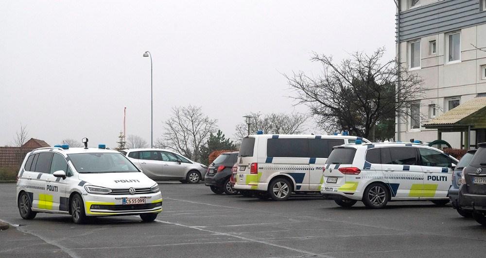 10 mand fra politiet ransagde en lejlighed på Klosterparkvej mandag eftermiddag. Foto: Jens Nielsen