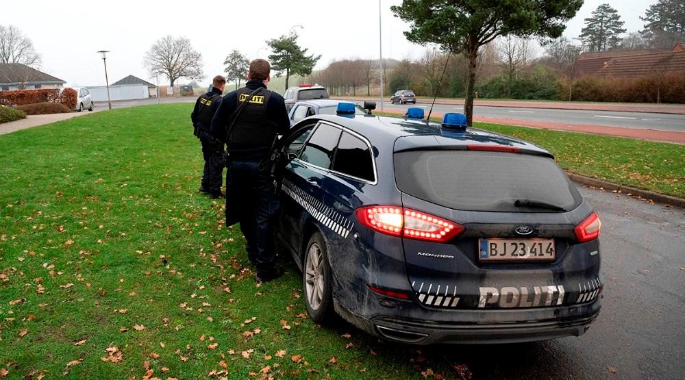 En af politiets hundepatruljer deltog i aktionen på Klosterparkvej mandag eftermiddag. Foto: Jens Nielsen