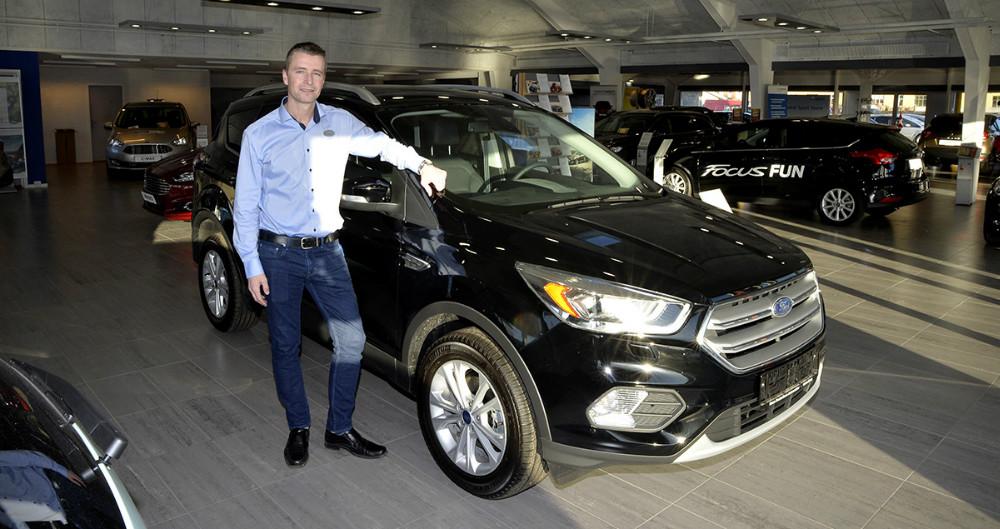 Mathias Lykke, forretningschef hos Hans Frederiksen A/S, med den nye faceliftede Ford Kuge. Foto: Jens Nielsen